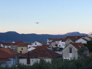Ein Flugzeug im Anflug über Čiovo
