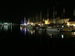 Blick in den Hafen am Abend