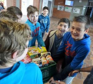 Starke Jungs für eine gute Sache: die vielen schwere Kisten voller Lebensmittelspenden für die Tafel der Nachbarschaftshilfe Vaterstetten waren für die Schüler kein Problem Foto: NBH