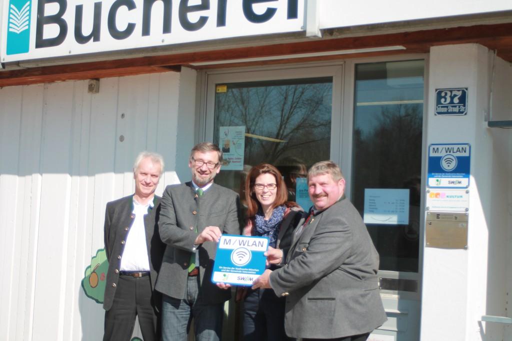 Bürgermeister Georg Reitsberger (rechts) nimmt den Vaterstettener M-WLAN Hotspot gemeinsam mit der Bücherleiterin Christina Walser, sowie Karl Bauer und Gerhard Lößlein, SWM Konzessionsmanagement (v.l.), offiziell in Betrieb. Foto: SWM