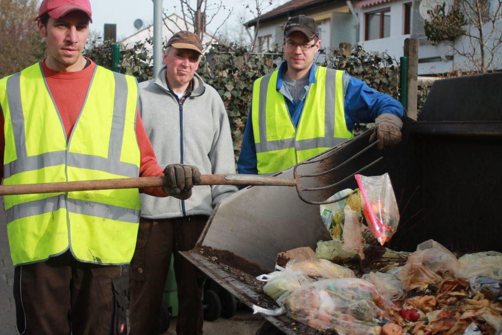 : Die Kompostbauern Matthias Hackl und Thomas Unkelbach sowie Wolfgang Kuhn vom Umweltamt sind mit dem Ergebnis der Komposttonnen-Kontrolle leider nicht immer zufrieden. Bild: Gemeinde