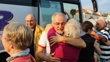 Große Wiedersehensfreunde in Trogir – Der Zweite Vorsitzende des Partnerschaftsvereins in Trogir Ibrahim Smlatić begrüßt die Gäste aus Vaterstetten. Bild: Verein