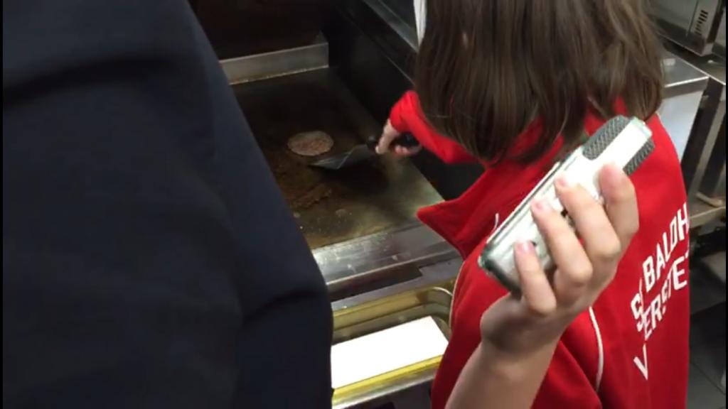 Die Kinder durften einen Cheeseburger belegen