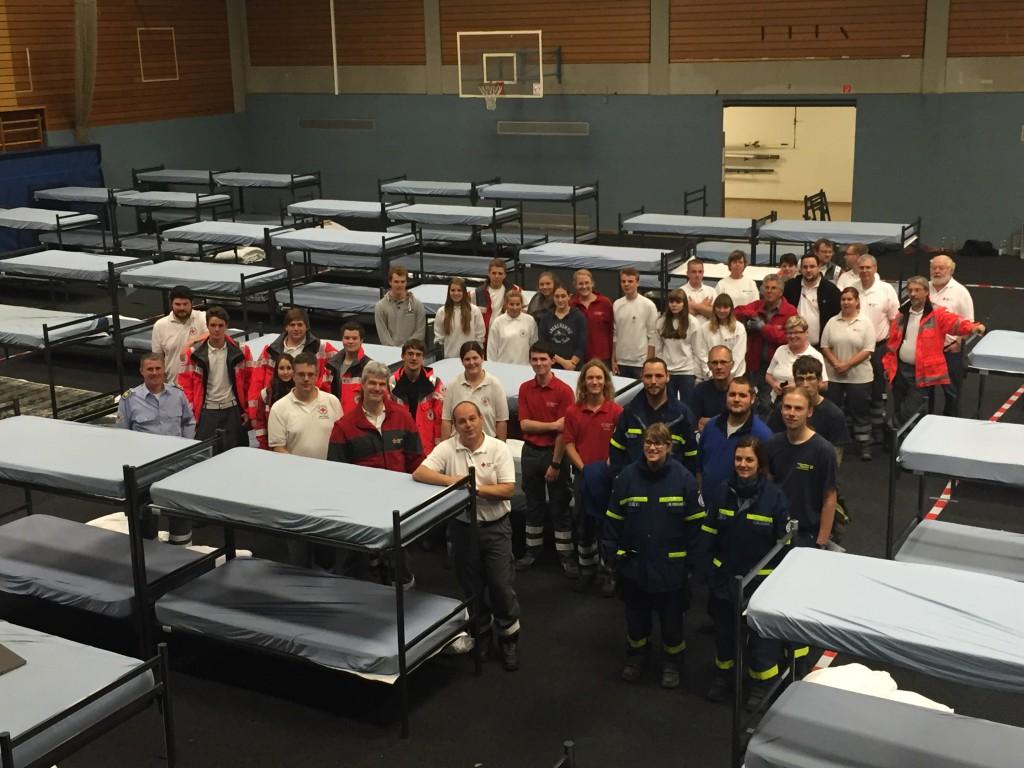 """Ca. 50 Helferinnen und Helfer beteiligten sich am Aufbau, darunter 35 des BRK, 10 des THW und einige """"zivile"""" Helfer."""