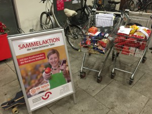 Viele Kunden des Supermarktes spendeten Lebensmittel.
