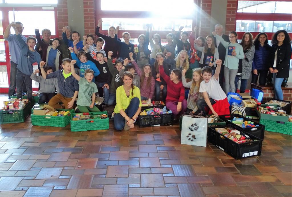 Sonnenschein und strahlende Gesichter: die Oster-Sammelaktion im Humboldt-Gymnasium Vaterstetten war auch in diesem Jahr ein Erfolg. Lehrerin Barbara Glück (Mitte vorn) freute sich über das Engagement aller Schülerinnen und Schüler Foto: NBH