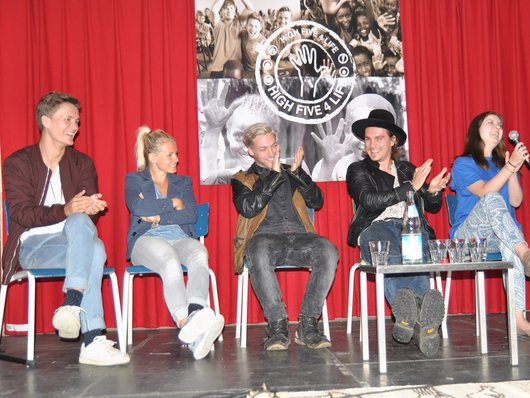 Die Killerpilze und Julia Simic geben den Startschuss für die HIGH Five 4 Life-Jugendinitiative von Menschen für Menschen Foto: Menschen für Menschen e.V.
