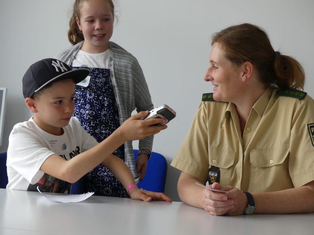 Die Kinder hatten Gelegenheit, ihre Fragen an die Polizeeihauptmeisterin zu stellen.